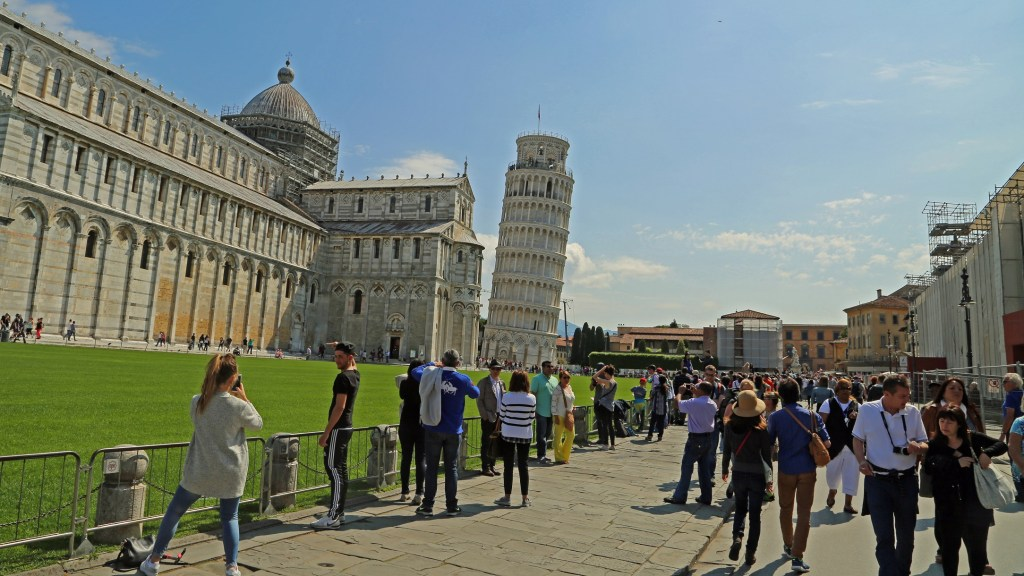 people-and-the-leaning-tower-of-pisa