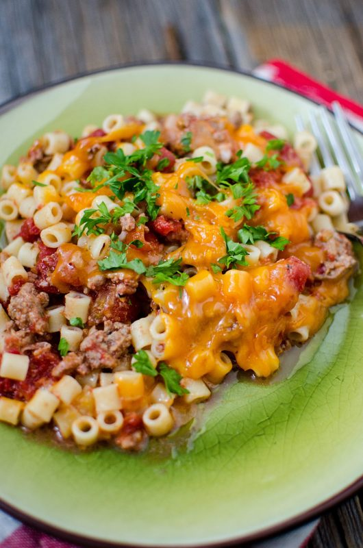 Easy crock pot slow cooker cheeseburger pasta bake casserole recipe. ground beef, pasta and cheesey goodness make this the perfect family meal.