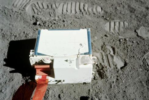 Resim-2. Apollo astronotlarının konuşlandırdığı LACE cihazı Ay atmosferinin kimyasal yapısını inceledi.