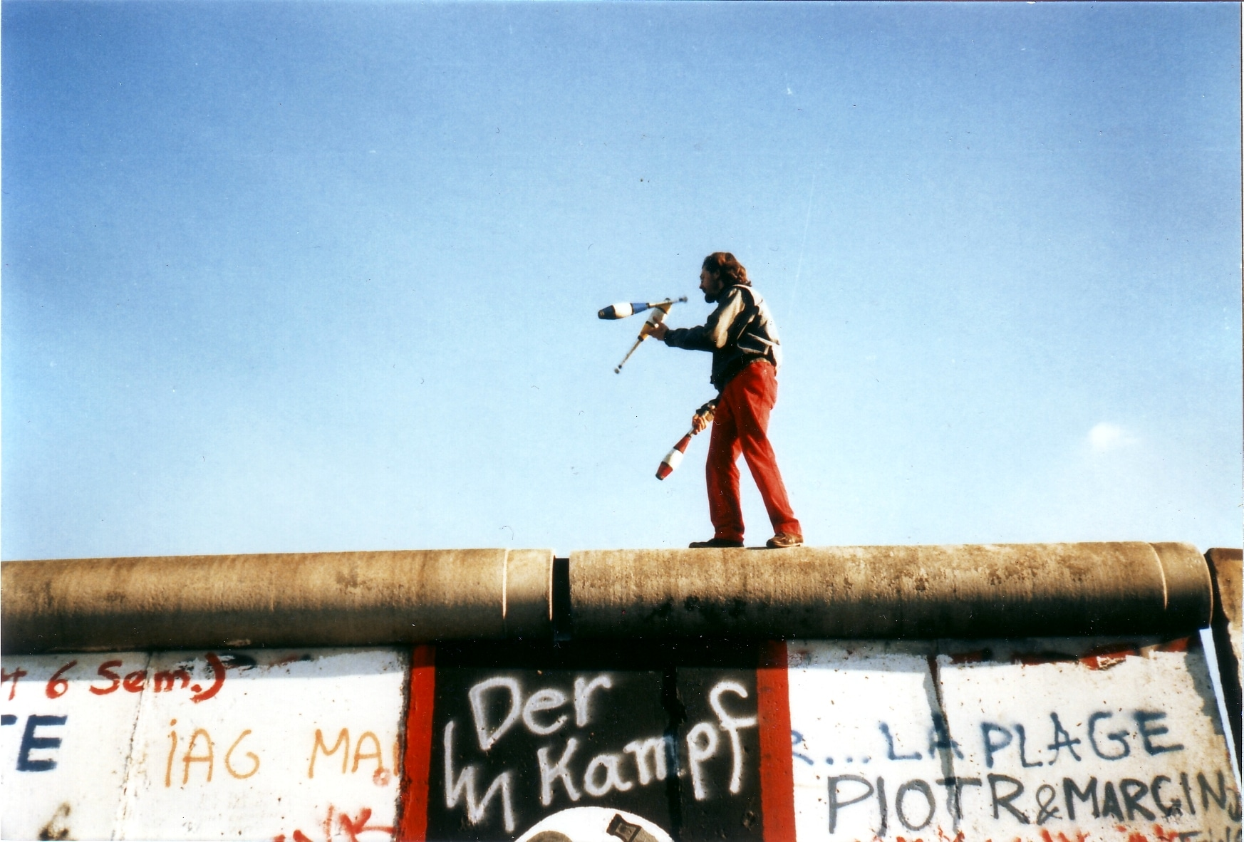 Juggling_on_the_Berlin_Wall_2