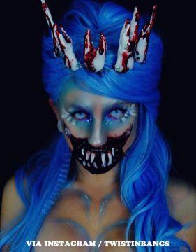 Blåhårig skrämmande tandfé. Halloween, maskerad.