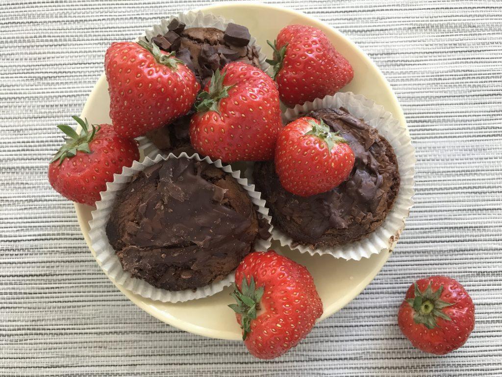 Chokladmuffins och jordgubbar