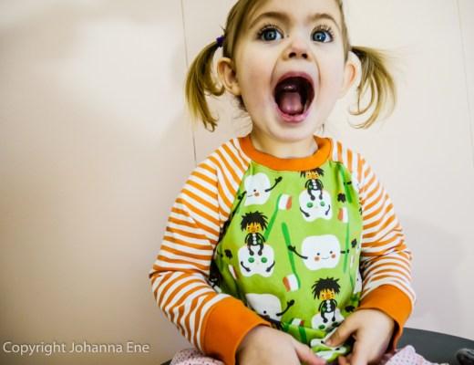 Barntröja tänder och tandtroll. Modell: Emeline