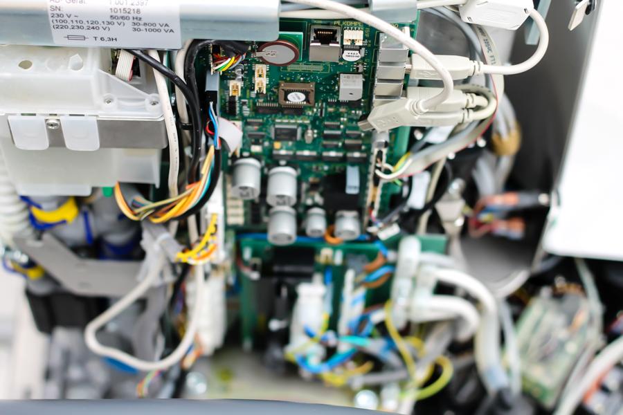Tekniker validerar och ger service på unit, autoclav, diskdesinfektor, röntgen mm.