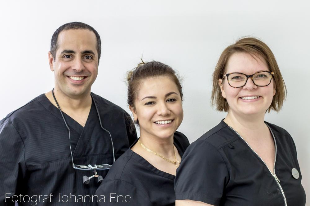 Tandläkare Eyal, tandsköterska Naz och tandsköterska Malin på tandläkarkliniken Hörntanden på Marklandsgatan, Göteborg. Foto Johanna Ene 2020.