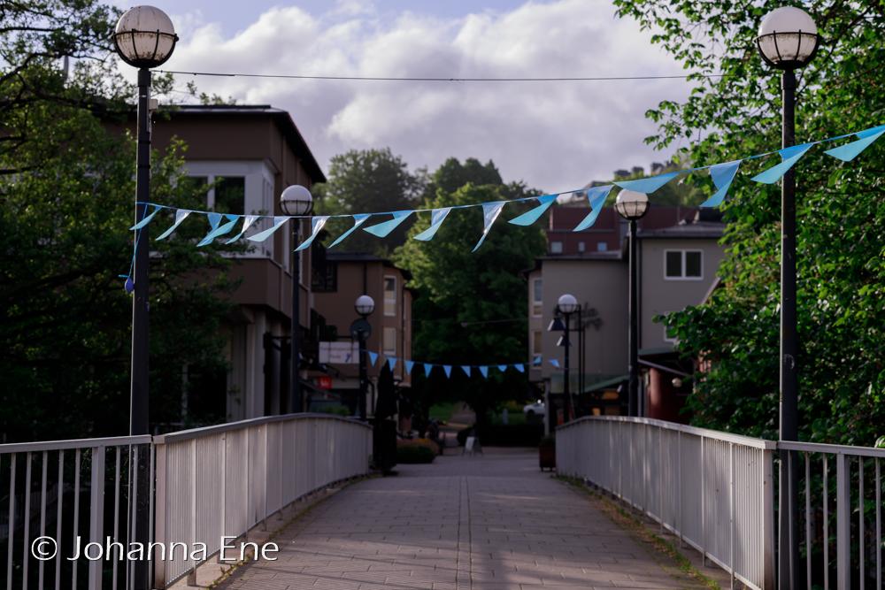 Gångbro över Säveån till Floda Torg en tidig morgon i juni.
