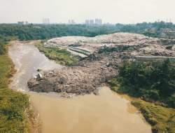 Tumpahan Sampah TPA Cipeucang Tutupi Badan Sungai Cisadane, DLH Tangsel :  Sedang di Tanganin