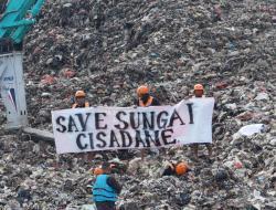 Akibat Tanggul Cipeucang Jebol, Aktivis Lingkungan Lakukan Aksi Kubur Diri