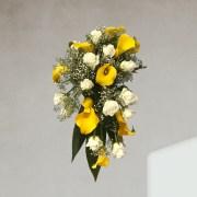 Ram de núvia decoratiu simètric amb caiguda de cales grogues i roses blanques