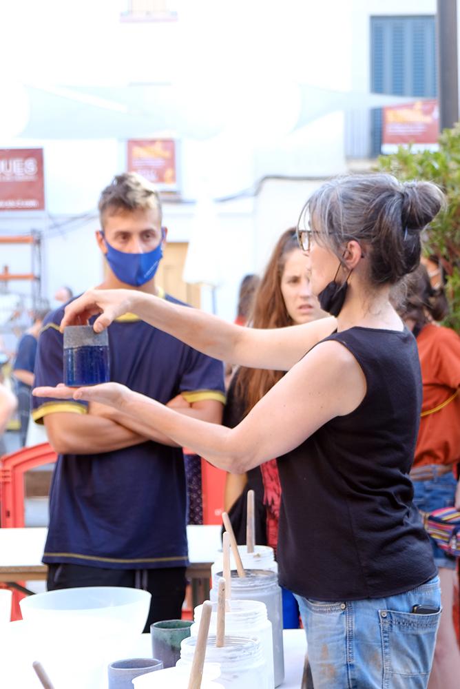 La Mia explicant com esmaltar les peces de ceràmica refractària per a la cuita rakú dins l'Argillà 2021 a Argentona