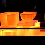 Peces incandescents sortint del forn de la cuita rakú dins l'Argillà 2021 a Argentona