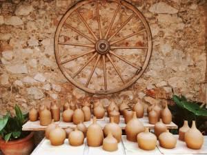 Gerros amb panxa i ampolles cilíndriques amb coll estret fets a l'intensiu de torn de l'escola taller de ceràmica Ramon Fort
