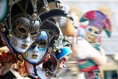 3696790-fila-de-ma-scaras-venecianas-en-oro-y-azul