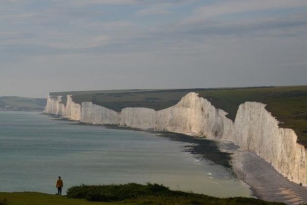 Klifowe wybrzeże Wielkiej Brytanii - białe klify są widoczne z dużej odległości
