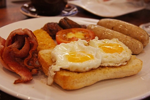 Angielska kuchnia - typowe angielskie sniadanie - boczek jajko tost