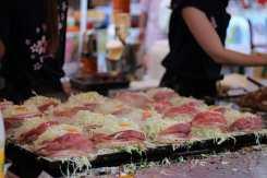 Okonomiyaki en cours de préparation: c'est encore léger à cette étape!