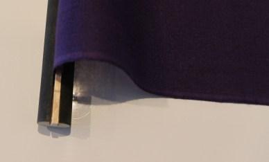 Plier le tissu autour du morceau de bois