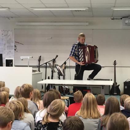 Simo esitteli haitaria nelosluokkalaisille Pöllönkankaan koulussa Oulussa. Kuva: Facebook.