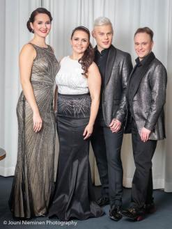 Aino, Johanna, Aki ja Teijo hehkuivat myös hopeanhohtoisissa ja kullanharmaassa sävyissä. Kuva: Facebook (Jouni Nieminen).