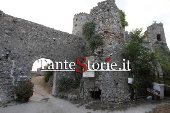 L'ingresso del borgo medievale di Vairano Patenora
