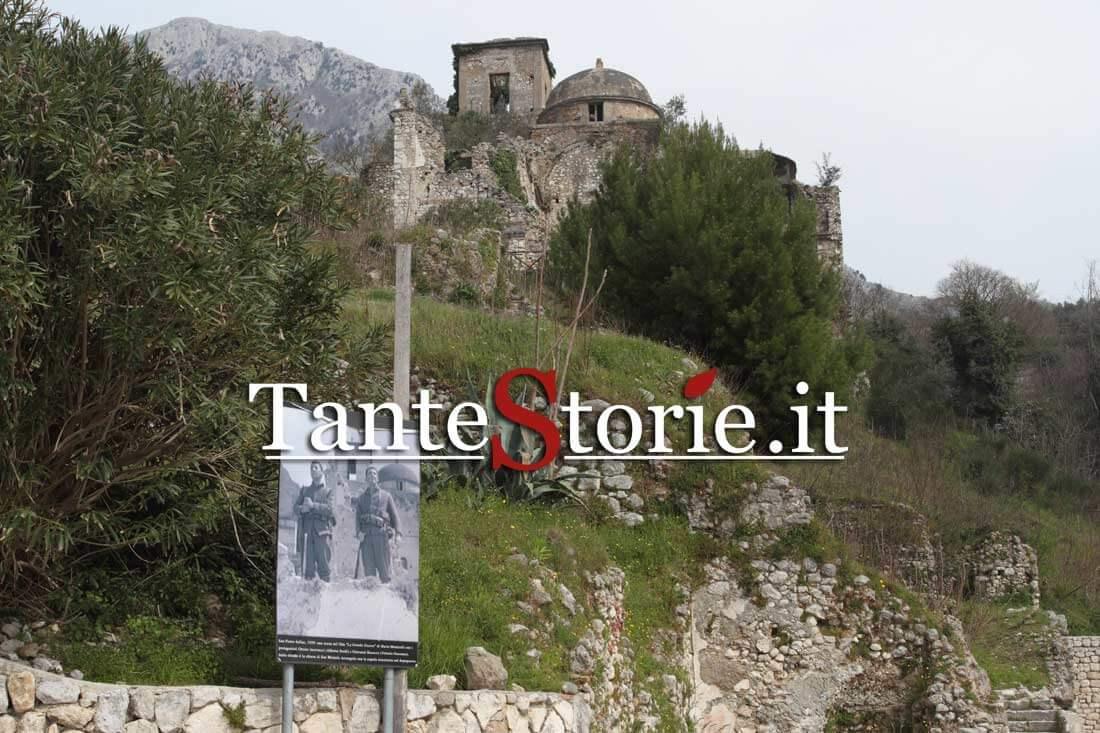 Il pannello con i fotogrammi de La Grande Guerra con Alberto Sordi e Vittorio Gassman