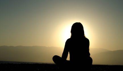 """""""SVA"""" significa """"yo"""" y """"ADHYAYA"""" significa  """"estudio a través de la contemplación"""" . Por lo tanto, SVADHYAYA significa """"el estudio del yo a través de la contemplación"""" ."""