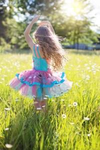 Mädchen tanzt im Gras