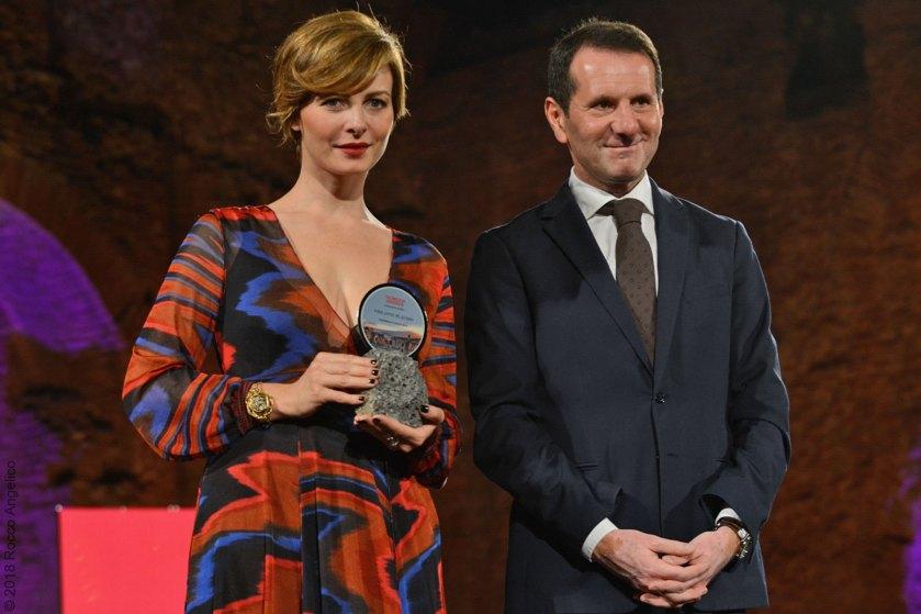 L'attrice Violante Placido premiata dall'assessore allo sport, turismo e spettacolo della Regione Siciliana, Sandro Pappalardo