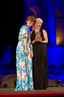 La giornalista Patrizia Vacalebri premiata dalla manager Chiara Croce