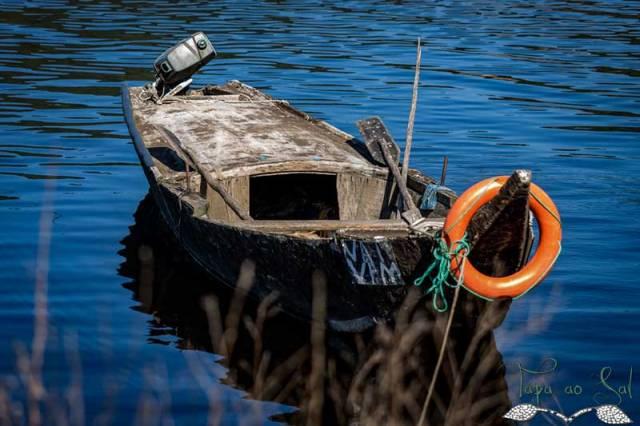 Barco de pesca antigo do rio