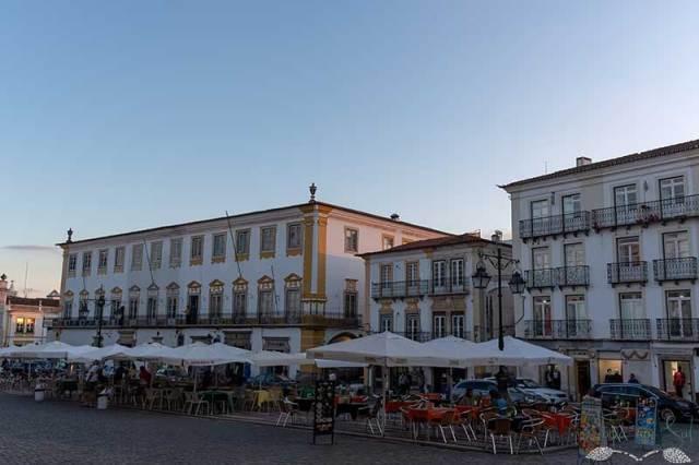 Esplanadas dos cafés históricos.