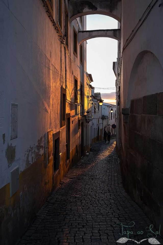 O entardecer numa das ruas adjacentes à praça do Giraldo
