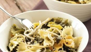 Ensalada templada de pasta con gulas y piparras
