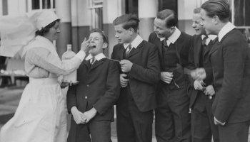 enfermera dando medicina a jóvenes