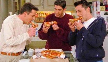 Chandler Bing, Ross Geller y Joey Tribbiani (personajes de 'Friends') comen pizza