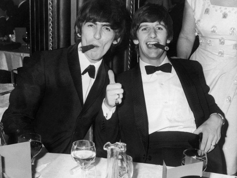 George Harrison y Ringo Starr fumando puros