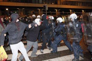 Anarkistit kannattavat avoimesti poliittista väkivaltaa ja yhteiskuntajärjestelmän muuttamista ulkoparlamentaarisin keinoin.