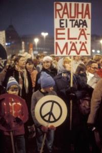 Rauhan marssille osallistujia Helsingin Hakaniemen torilla 1981.