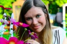 Ronja riecht den Blumenduft.