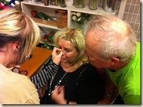 Kicki får hjälp med ögonbrynen