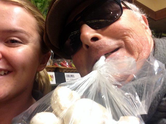 Johanna Nyberg på Munkbrohallen  hjälper mig att inhandla produkter till dagens middag