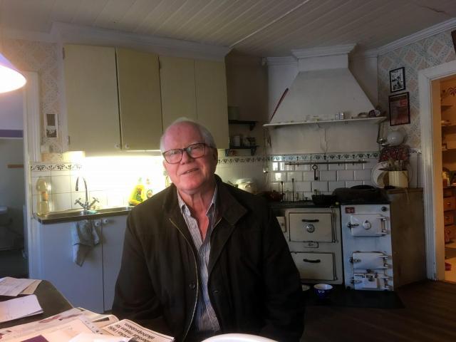 Plötsligt sitter Hans-Åke vid köksbordet