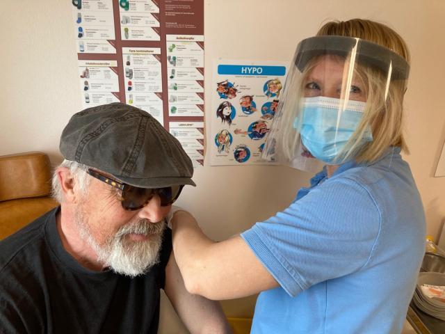 En enfaldig jordvarelse får ett stick i pälsen av den rara sjuksköterskan Anna