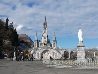 Il n'y aura ni prières, ni messes, ni pèlerinages dans les prochains jours et les prochaines semaines à Lourdes. Pour faire face à l'extension de l'épidémie de Coronavirus, les autorités ont décidé d'une mesure historique. Les sanctuaires sont fermés depuis ce mardi midi et ce pour une durée indéterminée. L'accès à la grotte de Lourdes est donc désormais impossible. Jusqu'à présent, le site n'avait été fermé que pour une courte durée en raison des inondations du Gave. Du côté des professionnels de la deuxième ville hôtelière de France, c'est l'inquiétude qui grandit.
