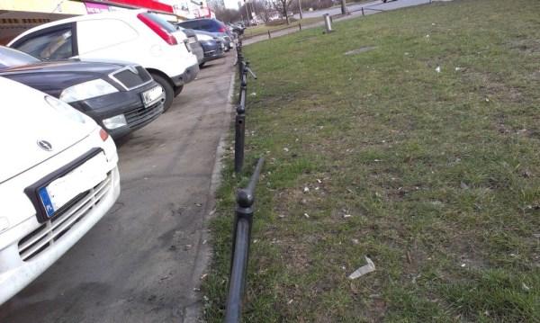 Innym kierowcom przeszkadzają słupki / fot. targowek.info