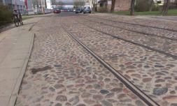 Zabytkowy bruk z zachowanymi torami tramwajowymi na ul. Wysockiego