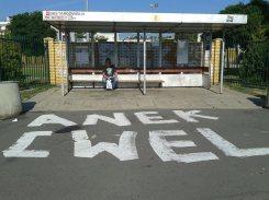 Przystanek autobusowy na Targówku - tuż obok szkoły podstawowej i patriotycznego graffiti o Powstaniu Warszawskim/ fot. targowek.info