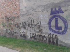 Wyjątkowo wyrafinowany napis na Targówku - namalowany elegancką czcionką /fot. targowek.info