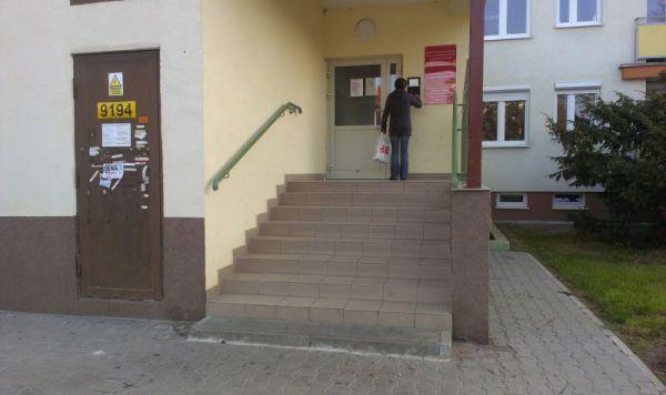 Wejście do budynku urzędu - klatka prawa stojąc frontem