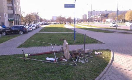 Resztki nielegalnych reklam na trawniku przy ul. Kondratowicza
